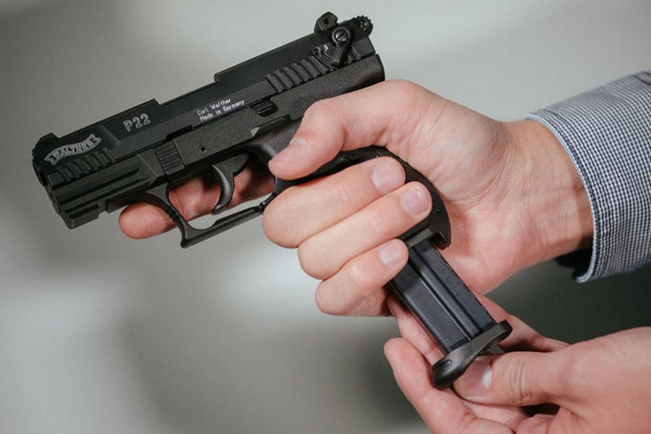 Mit einer Schusswaffe bedrohte der maskierte Mann den Angestellten. (Symbolbild)