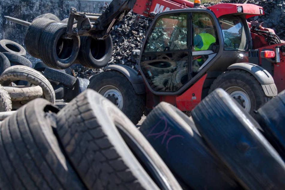 Ein Stapler holt auf dem Gelände der Mülsener Rohstoff- und Handelsgesellschaft Altreifen zur Weiterverarbeitung in einem Schredder.
