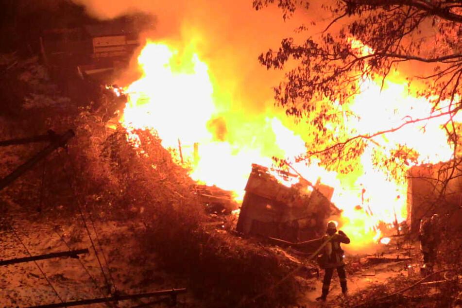Nächtliches Flammen-Inferno: Es brennt lichterloh an Bahngleisen