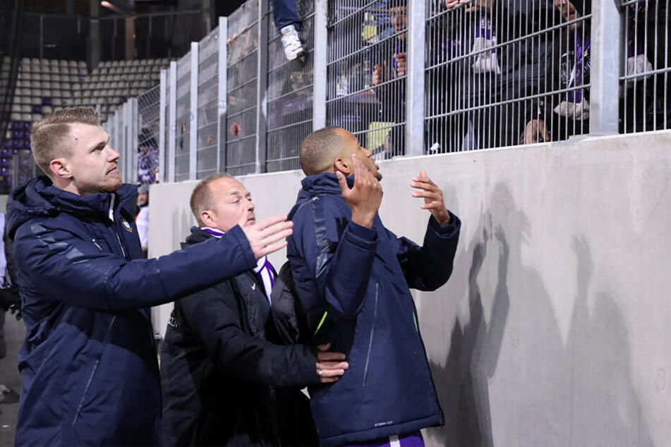 Louis Samson (r.) und Steve Breitkreuz stellten sich nach dem 0:1 gegen Heidenheim den enttäuschten Fans.