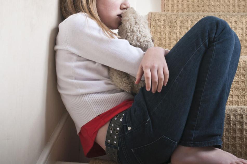 Das Mädchen war gerade 11 Jahre alt, als der Mann sich das erste Mal an ihr verging. (Symbolbild)