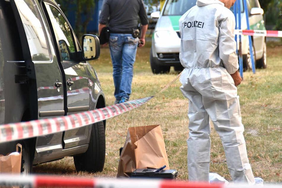 Kriminaltechniker sichern Spuren nach einem Mordverbrechen.