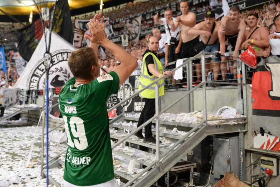 Die Eintracht-Ultras feierten die Spieler von Flora Tallinn nach dem Abpfiff in der Commerzbank Arena.
