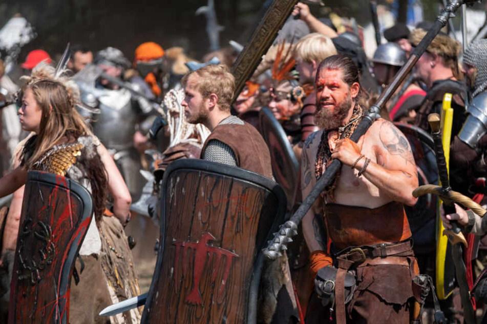 Einige Teilnehmer kämpfen auf dem Schlachtfeld.