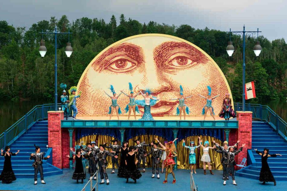 """Auf der Seebühne Kriebstein verrät schon das Bühnenbild: """"Frau Luna"""" steht auf dem Programm."""