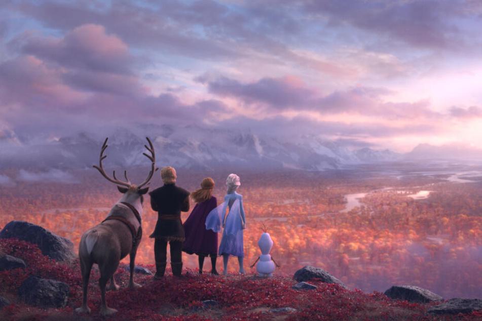 Elsa (Zweite von rechts) wird von einer mysteriösen Stimme in den verwunschenen Wald gerufen. Ihre treuen Gefährten begleiten sie.