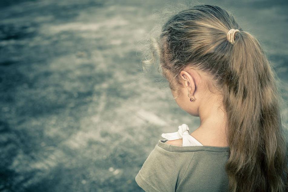 Die kleine Tochter war zehn Jahre als sich der Vater das erste Mal an ihr verging. (Symbolbild)