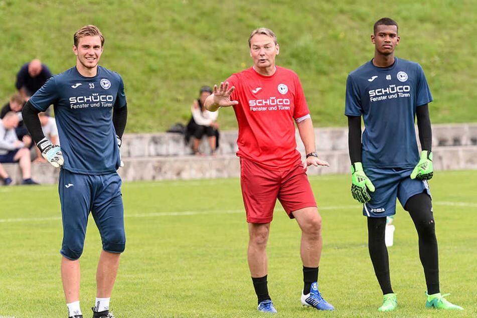 Nachwuchskeeper Nikolai Rehnen (l.) und Babucarr Gaye (r.) mit Torwarttrainer Marco Kostmann.