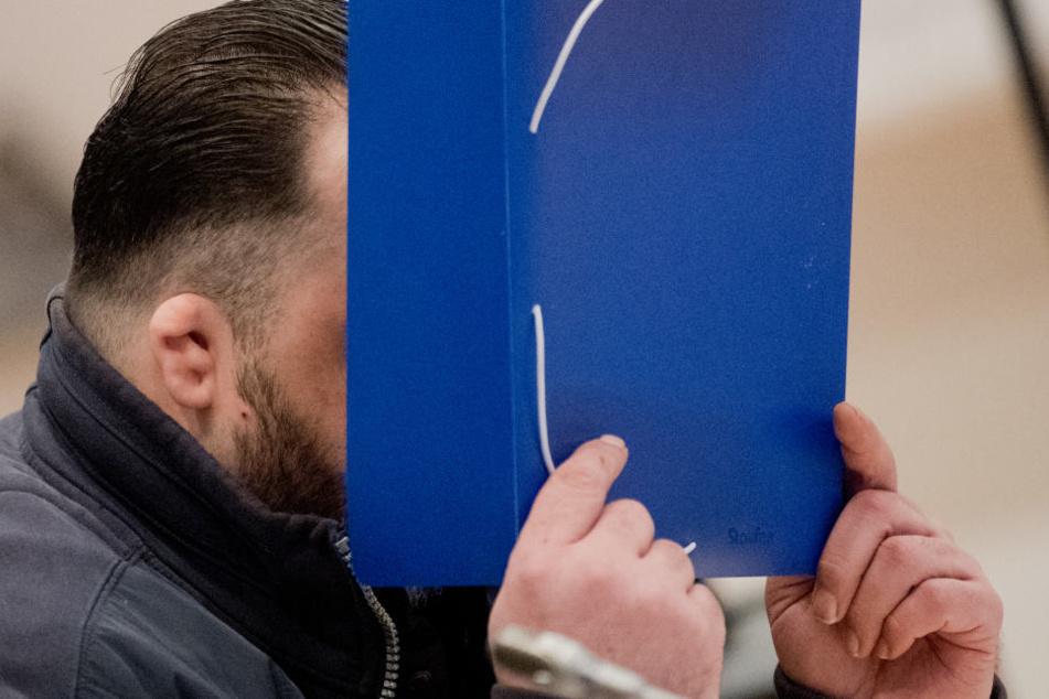 Der wegen vielfachen Mordes Angeklagte Niels Högel kommt in den Gerichtssaal