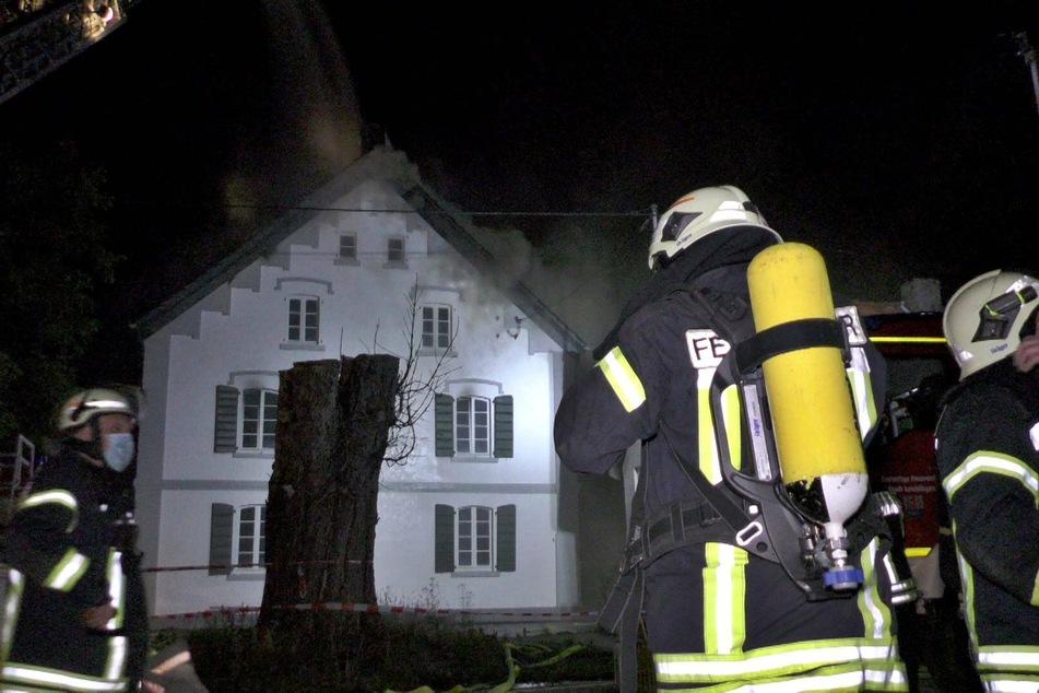 Die Feuerwehr rückte mit 100 Einsatzkräften zu dem Feuer in Leichlingen an.