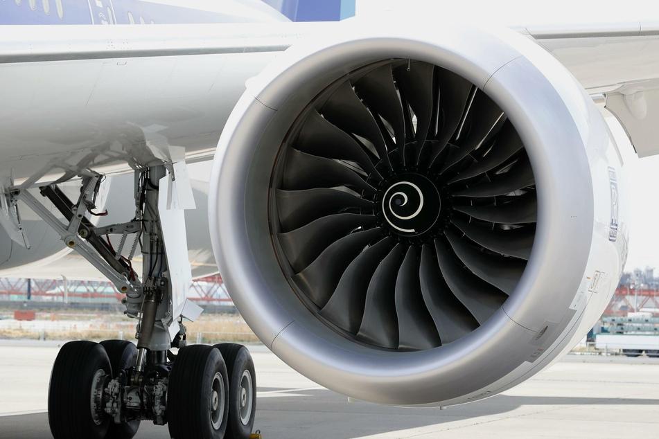 """Ein Triebwerk einer neuen Boeing 787-10 ist am Flughafen Tokio-Haneda bei der Vorstellung zu sehen. Bei Boeings Langstreckenjet 787 """"Dreamliner"""" sorgen die Triebwerke des britischen Herstellers Rolls-Royce für Probleme."""