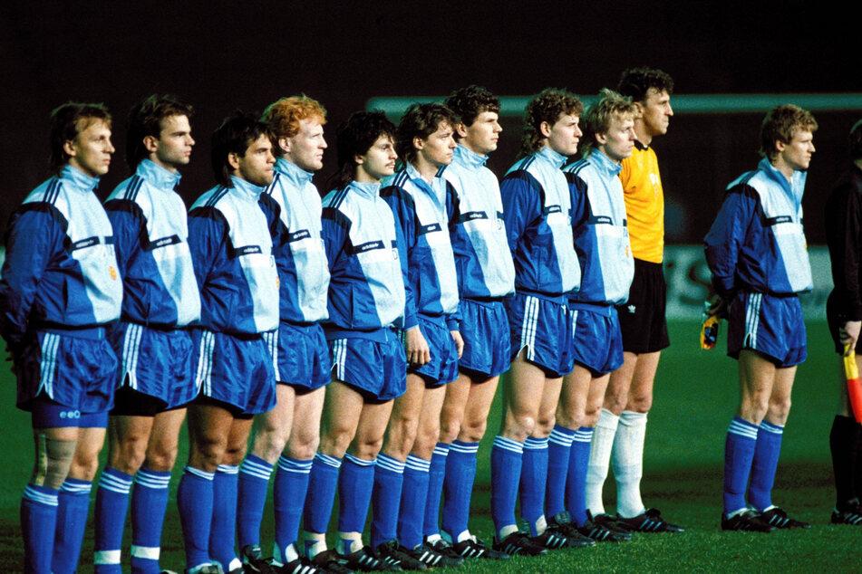 Sein erstes Länderspiel: Für die DDR-Auswahl stand Dirk Schuster (5.v.l.) am 26. März 1990 gegen die USA in der Startaufstellung.