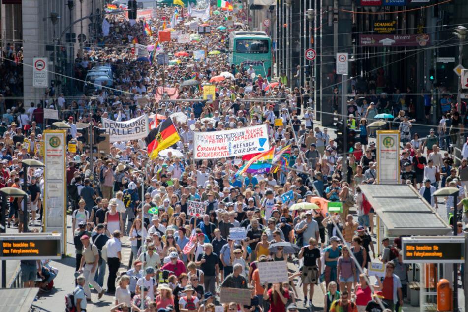 Anzeige gegen Veranstalter: Polizei löst Massen-Demo gegen Corona-Maßnahmen auf