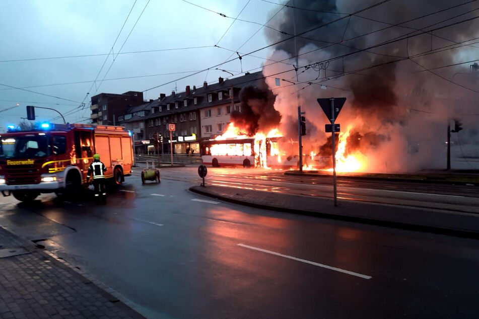 Bus in Vollbrand: Oberleitungen erschweren Löscharbeiten