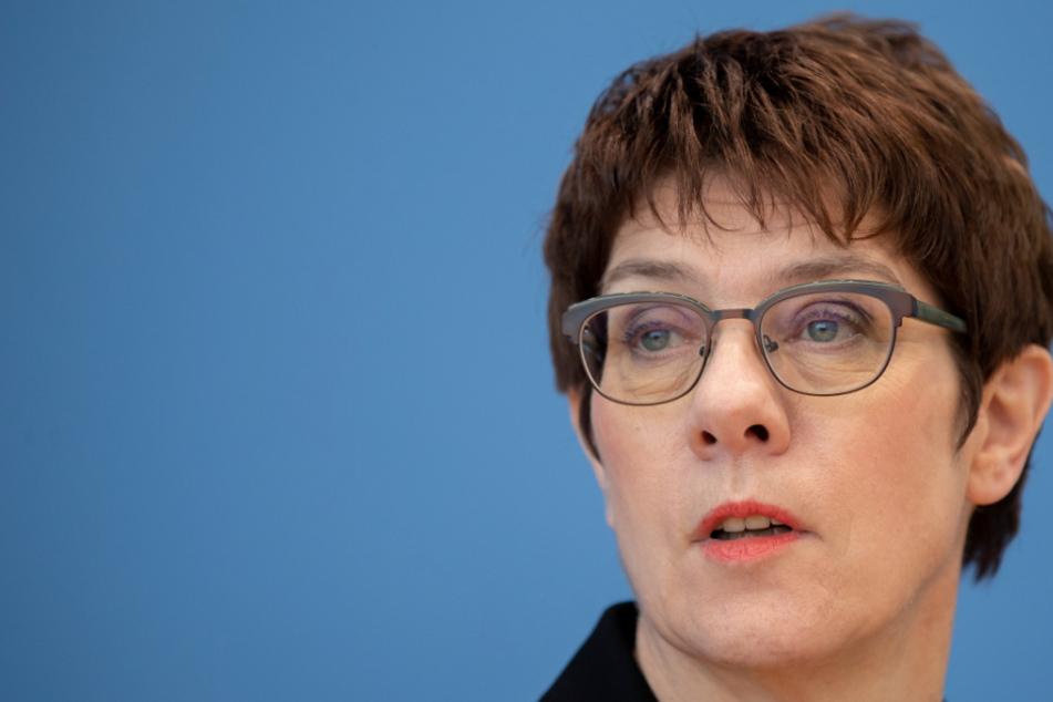CDU-Chefin Kramp-Karrenbauer fürchtet um ihre Frisur