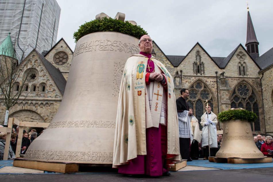 Erzbischof Hans-Josef Becker weiht die zwei neuen Glocken.