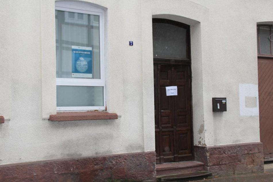 An dieser Moschee haben bisher unbekannte Täter einen DIN A 4 Zettel angezündet.