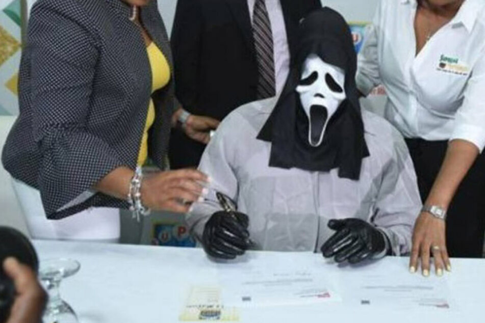 Aus Angst vor geldgierigen Verwandten: Mann holt Lotto-Gewinn mit Scream-Maske ab