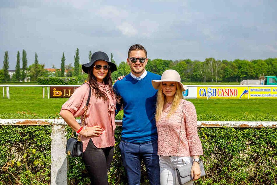 Kicker Pascal Testroet (25) hatte gleich zwei schöne Frauen im Arm: Seine Frau Michelle (25, l.) und ihre Begleiterin Hanna Fahlke.