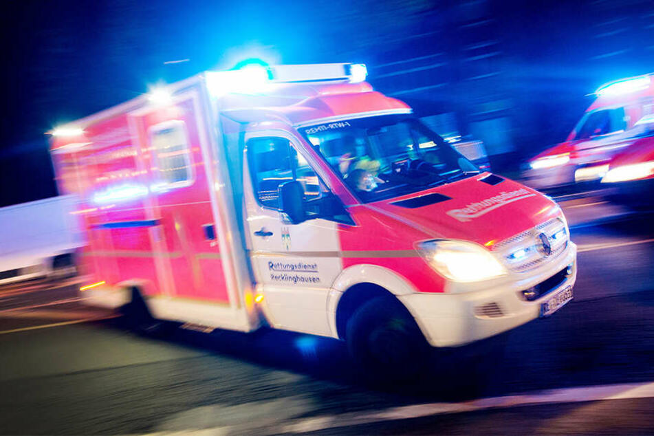 Mit einem Krankenwagen mussten die Verletzten in Krankenhäuser transportiert werden. (Symbolbild)