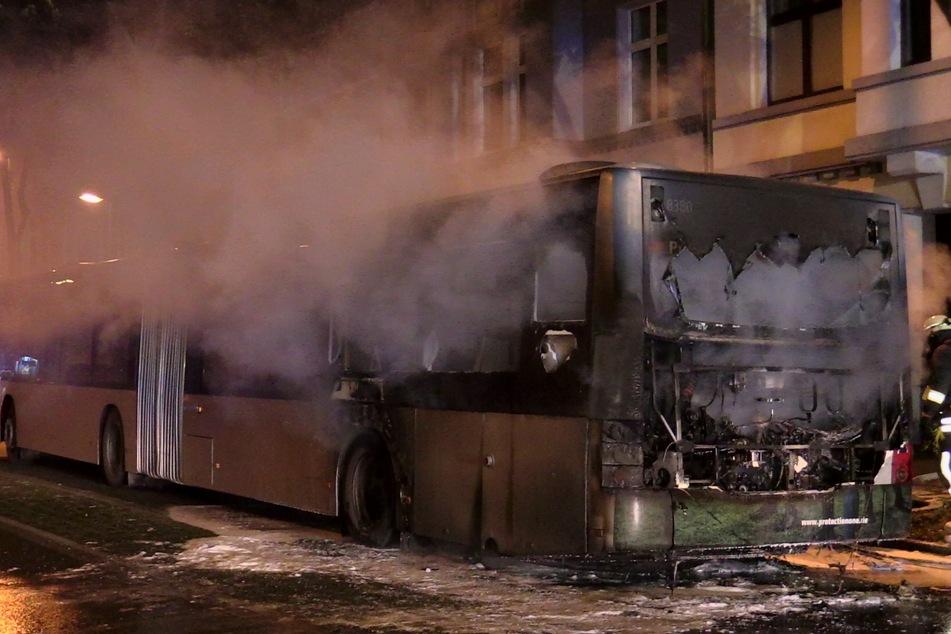 Linienbus fängt während der Fahrt plötzlich Feuer