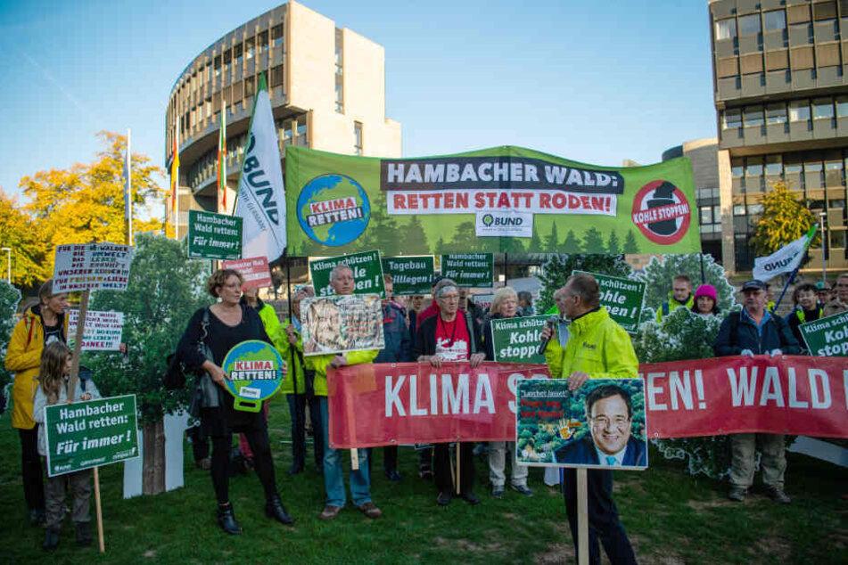 Vor der Sitzung des Landtages gab es eine Demo für den Hambacher Forst.