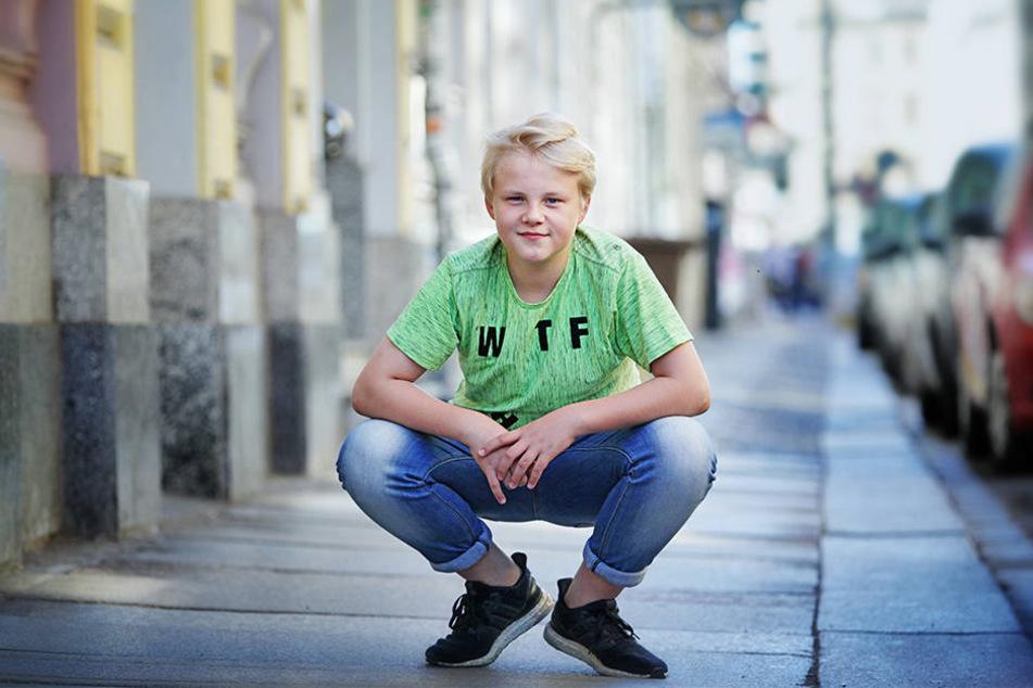 Anton in cooler Pose in der  Rothenburger Straße, Neustadt, wo seine Mutter ein Geschäft mit Kinderklamotten  führt.