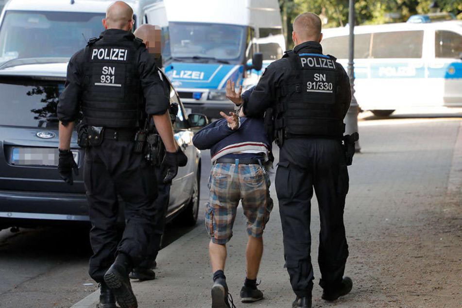 """Um Kriminelle abzuschrecken, setzt die Polizei zunehmend auf Razzien, sogenannte """"Komplexkontrollen""""."""