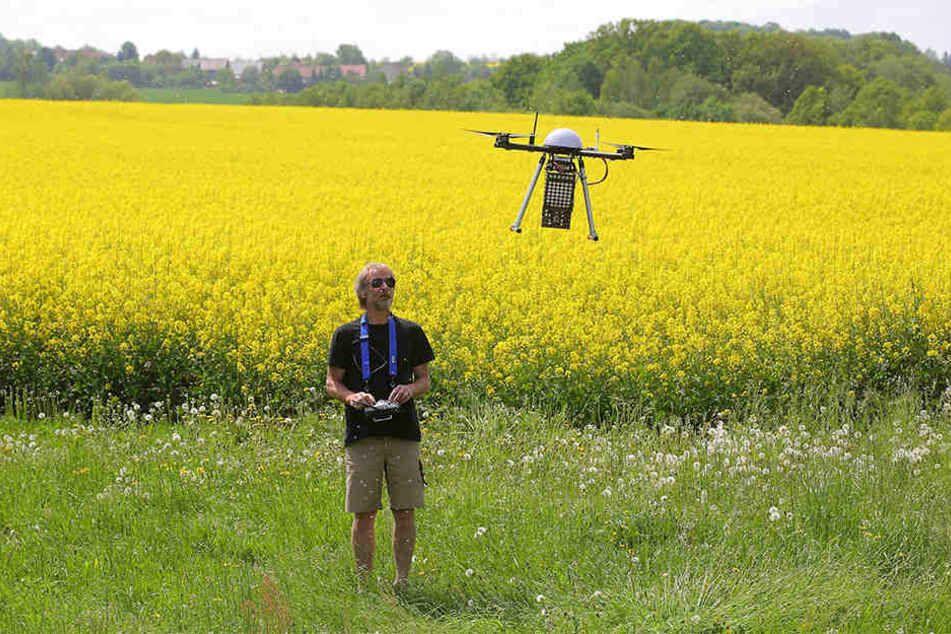 Informatiker Axel Weckschmied (59) steuert an einem Feld in Rennersdorf eine seiner Drohnen.
