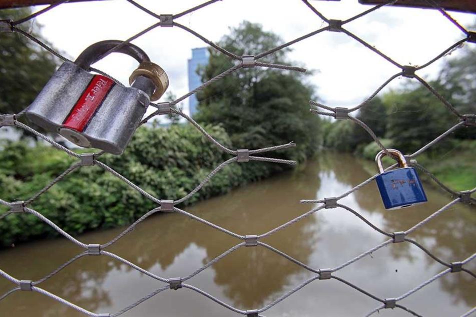 Auch am Pfortensteg in Chemnitz hängen Liebeschlösser. Hier wurden vor einigen Jahren sogar schon welche geknackt.