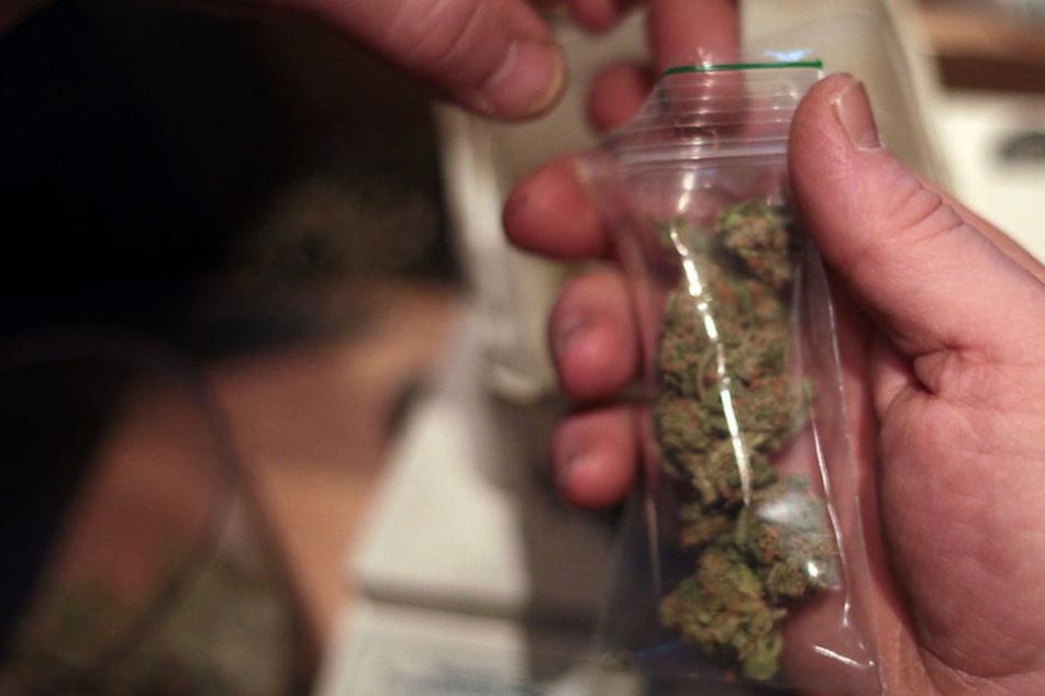Im April kam heraus, dass zwei Polizeianwärter an der Schule mit Drogen gehandelt haben sollen. (Symbolbild)