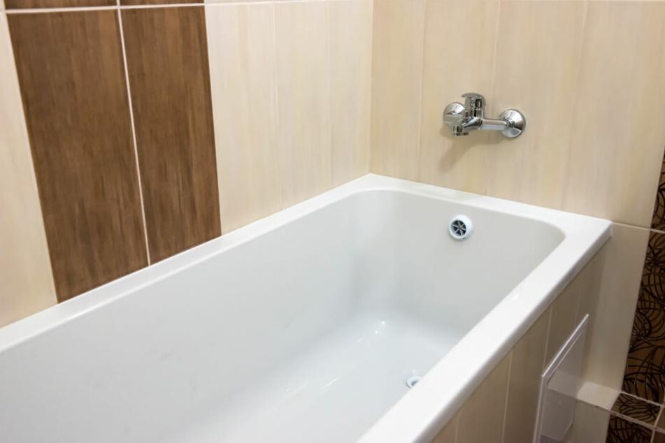 Die beiden Angeklagten sollen ihr Opfer zunächst betäubt und dann in der Badewanne ertränkt haben (Symbolbild).