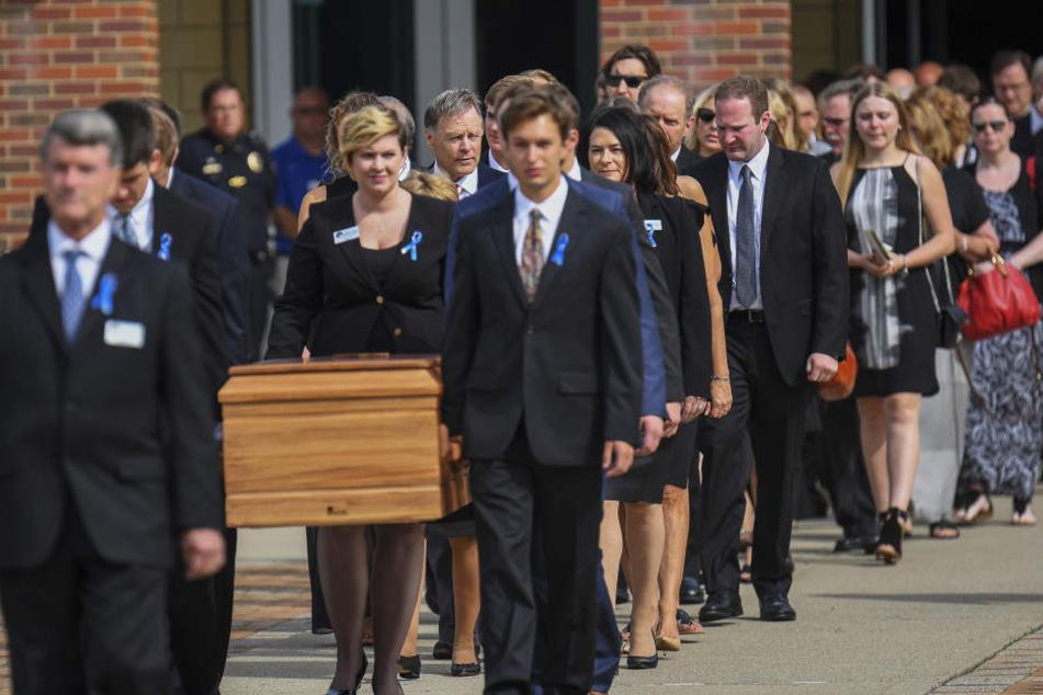 Bei der Beerdigung des US-Studenten kamen zahlreiche Menschen, um sich gebührend von dem 22-Jährigen zu verabschieden.