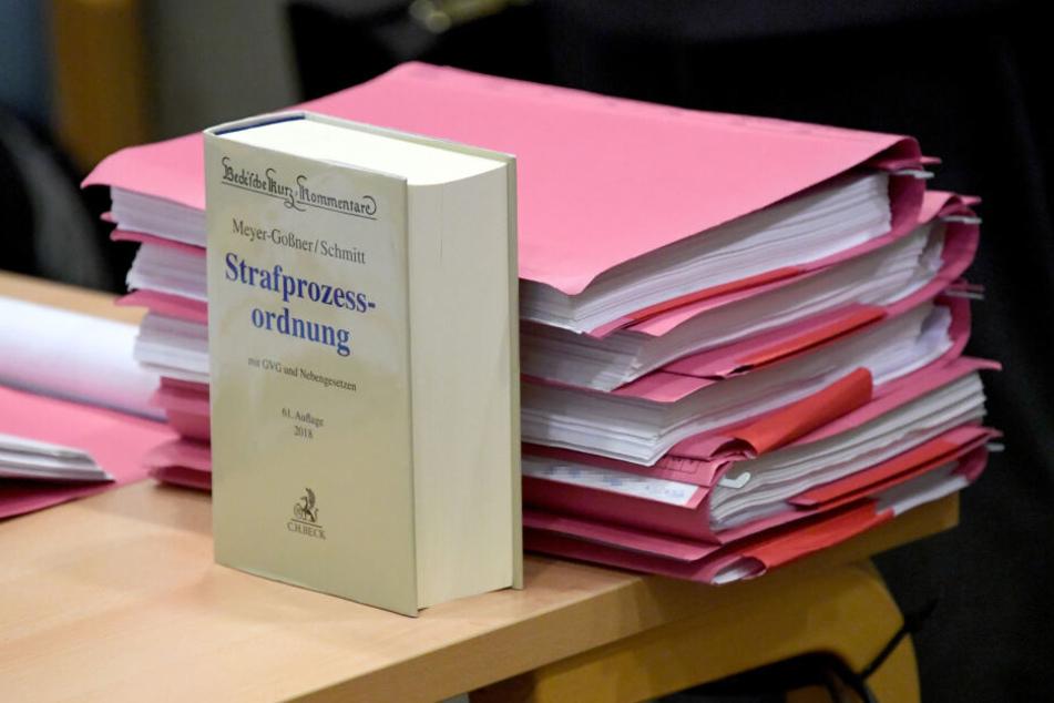 Wegen des bandenmäßigen Anbaus und Handels von Cannabis müssen sich 13 Angeklagte vor dem Landgericht Flensburg verantworten. Sie sollen 400 Kilogramm Cannabis produziert haben.