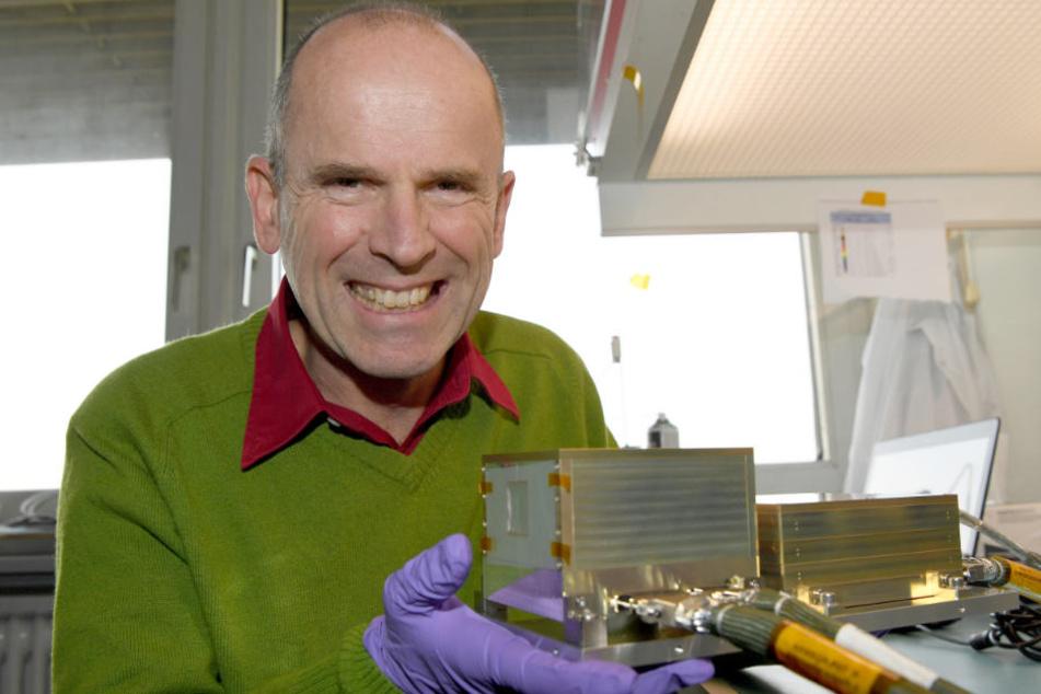Forscher Prof. Robert F. Wimmer zeigt das LND, mit dem auf dem Mond die gefährliche Neutronen-Strahlung gemessen werden soll.