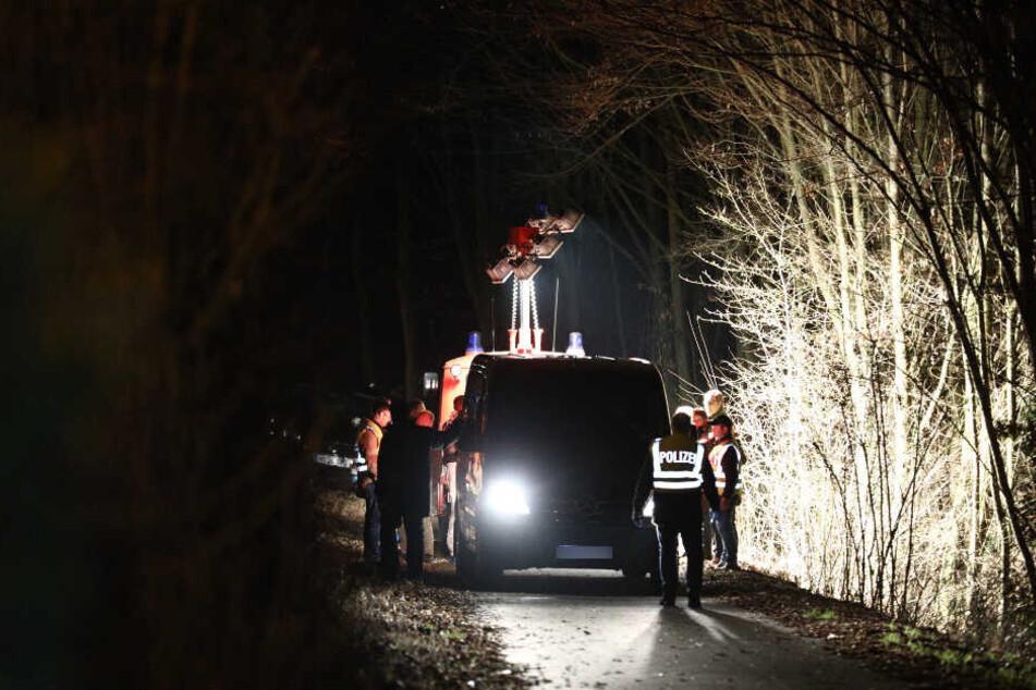Die Feuerwehr leuchtet die Stelle, an der die Leiche gefunden wurde, aus.