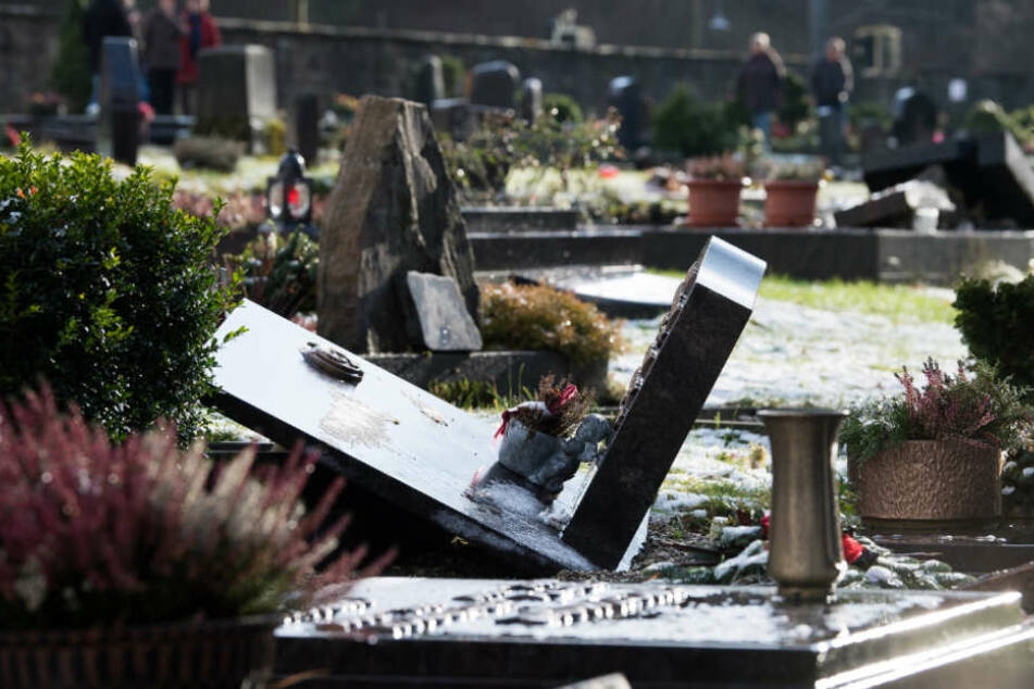 Die Gräber auf dem Friedhof waren teilweise völlig verwüstet.