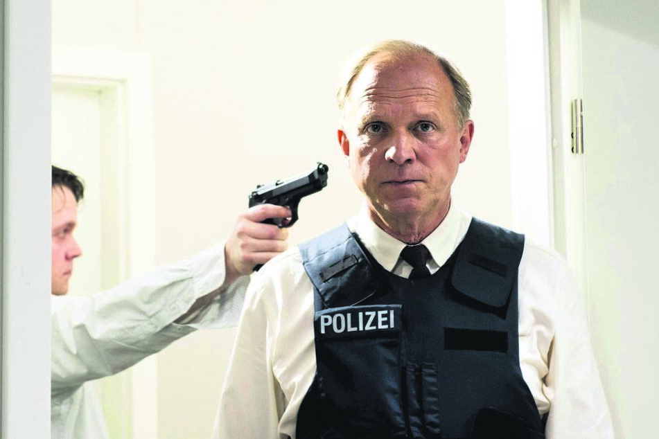 Bäm! Murot (Ulrich Tukur) hat gelernt, dass Geiselnehmer Gieseking (Christian Ehrich) ihn immer wieder erschießen wird.