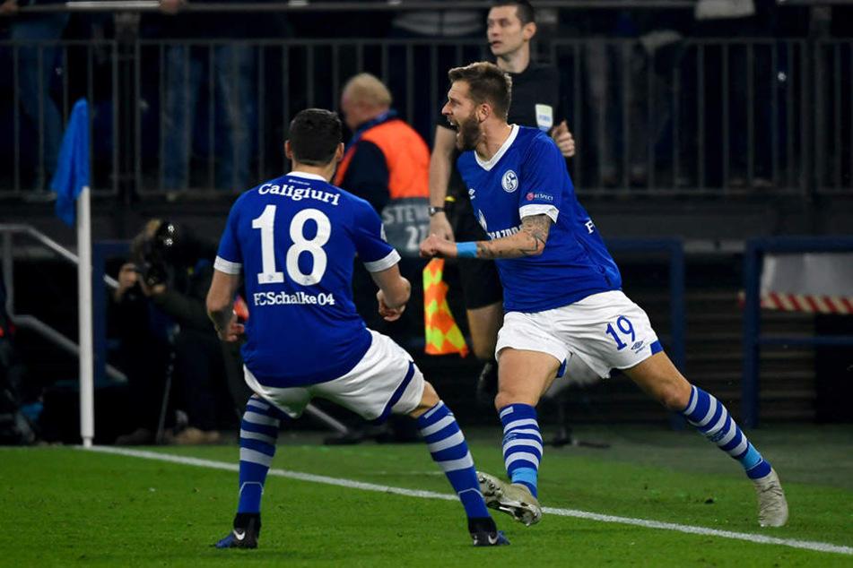 Schalkes Guido Burgstaller (r.) bejubelt mit Teamkollege Daniel Caligiuri seinen Treffer zum zwischenzeitlichen 1:0.
