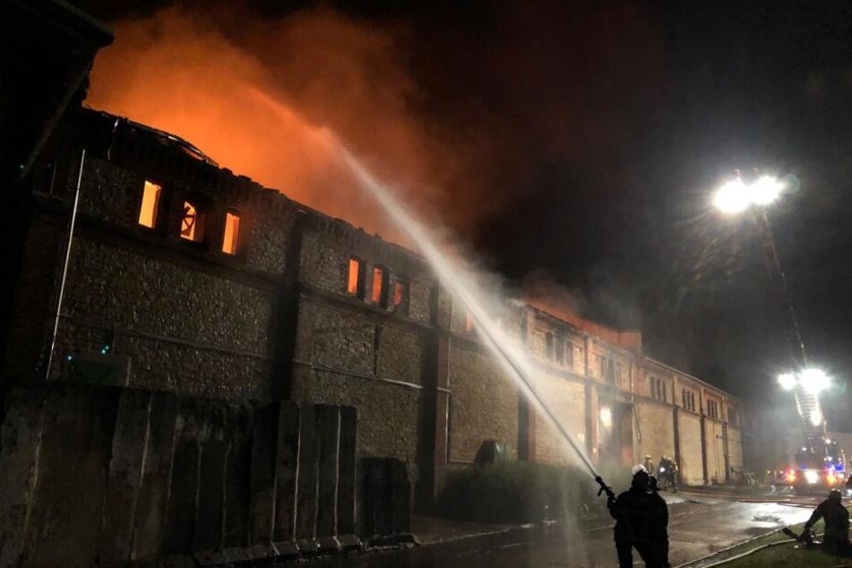 In der Nacht zu Mittwoch brannte diese Lagerhalle westlich von Magdeburg aus.