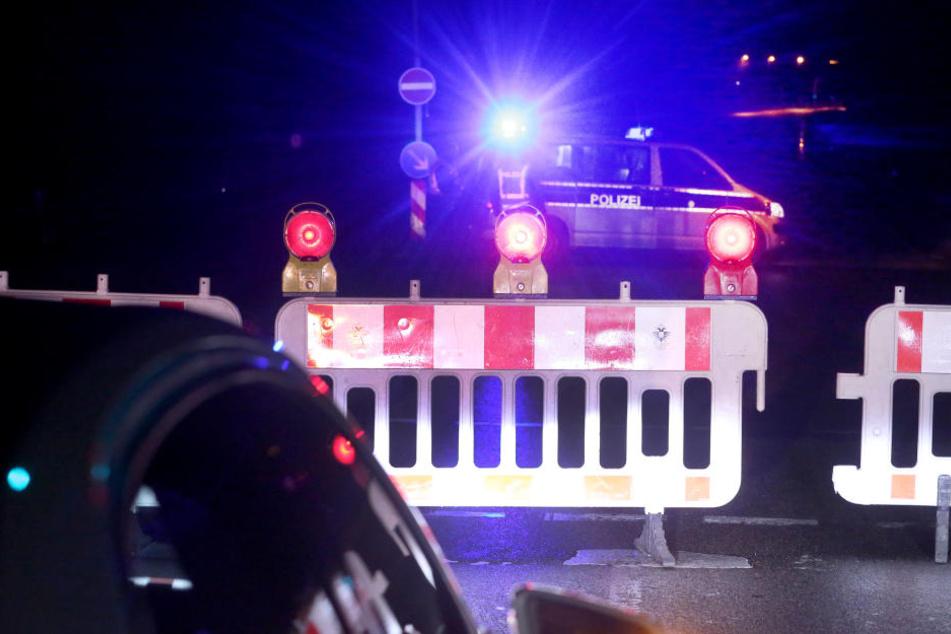 Die Polizei sperrt eine Straße zu einem Kölner Stadtteil ab, der wegen der Entschärfung einer Weltkriegsbombe evakuiert werden musste.