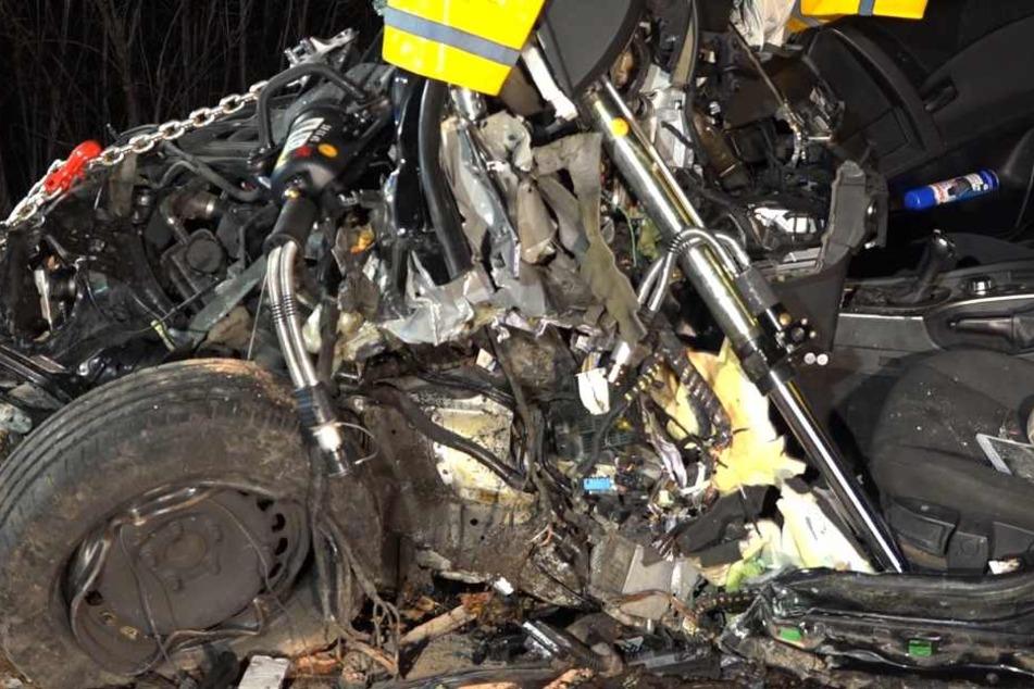 Das Foto zeigt das Auto-Wrack des BMW nach dem heftigen Unfall.