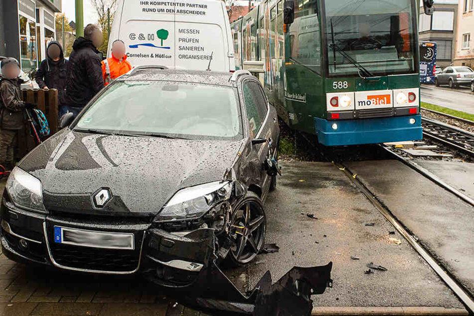 Der Wagen musste nach dem Crash abgeschleppt werden.