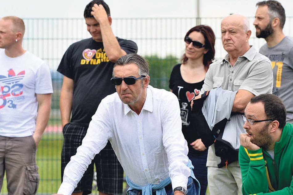 Hans-Jürgen Kreische (3.v.r.) hat einen Blick für junge Talente, mischt sich bei Spielen deshalb oft unter die Zuschauer - hier gemeinsam mit Dynamos Sportchef Ralf Minge (vorn).