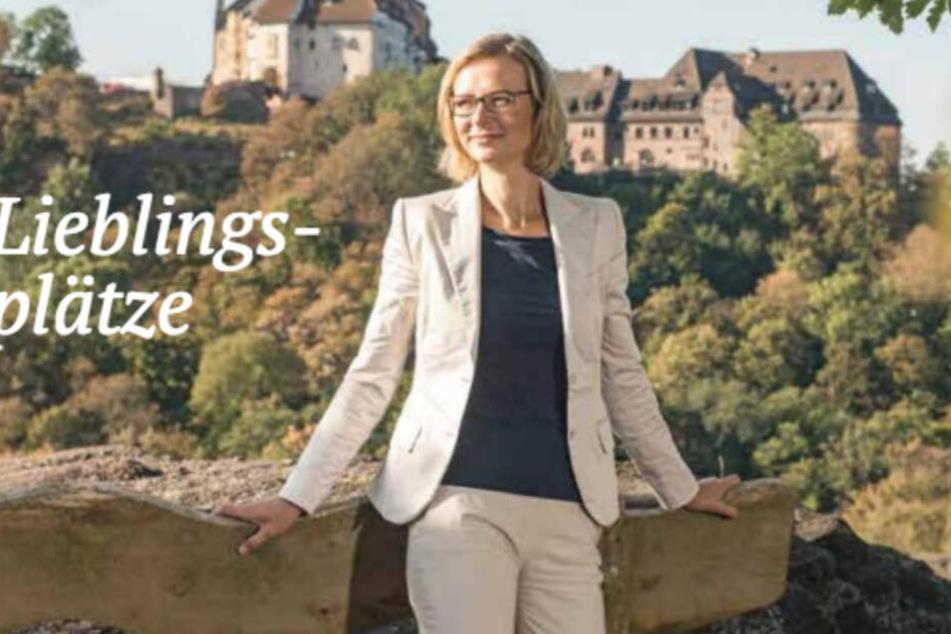 Oberbürgermeisterin posiert in Reisemagazin vor ACAB-Schriftzug