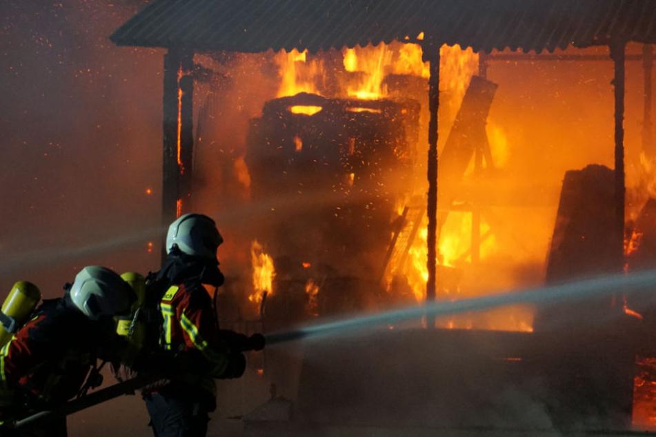 Der Carport brannte beim Eintreffen der Beamten lichterloh.