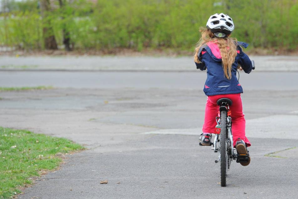 Das Mädchen achtete offenbar nicht auf das von links kommende Auto, als es aus der Einfahrt auf die Straße fuhr. (Symbolbild)