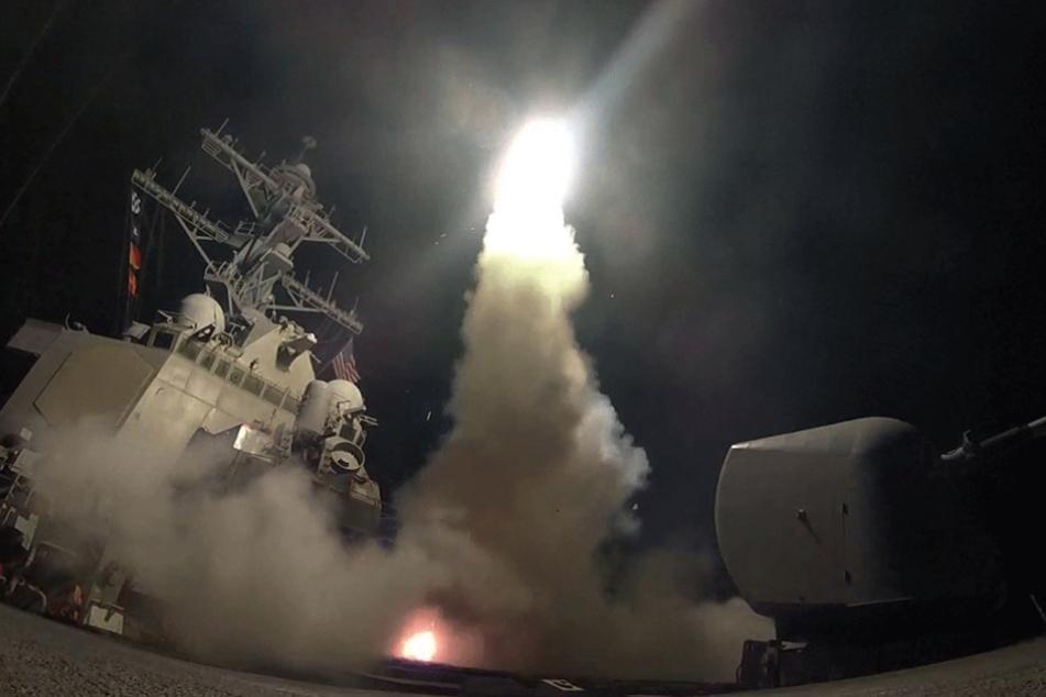 Eine Tomahawk-Rakete wird vom Zerstörer USS Porter abgefeuert. Insgesamt starteten 59 Geschosse von dem Schiff.