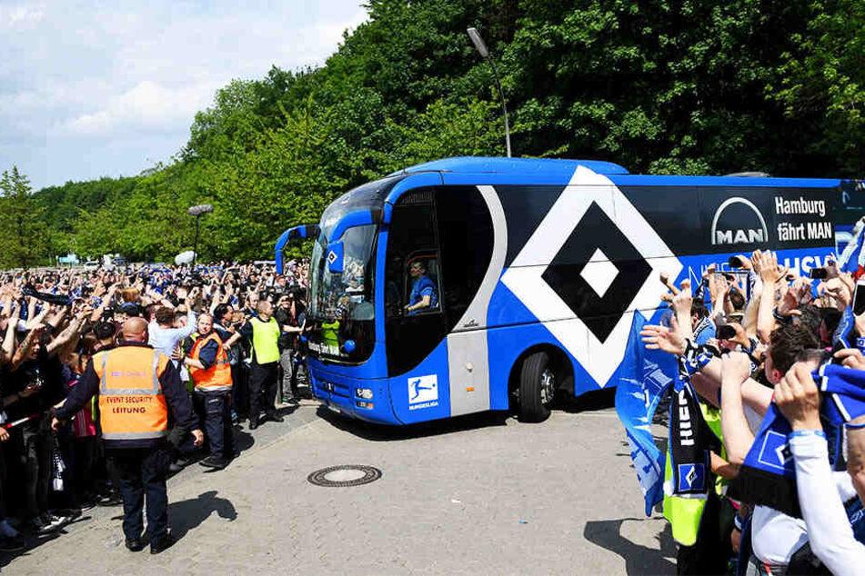 Der Empfang vor dem Spiel: Tausende HSV-Fans machten der Mannschaft Mut!