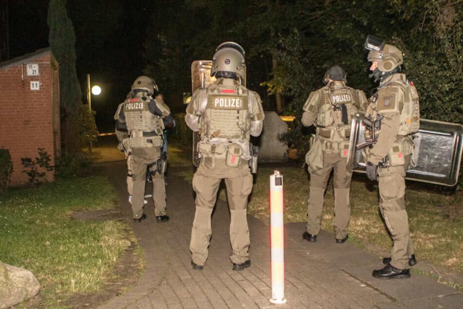 Das SEK rückt an bei einem Polizeieinsatz in Hamburg-Osdorf.
